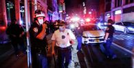 Сотрудники полиции на улице Нью-Йорка  во время массовых беспорядков из-за смерти афроамериканца Джорджа Флойда, США, 2 июня 2020 года