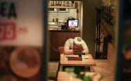 Работник в помещении одного из кафе. Архивное фото