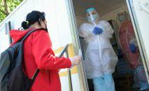 Медицинские работники в мобильном пункте сдачи анализа на коронавирус