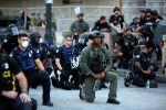 Митинг учурунда офицерлер митингчилер менен тизе бүгүштү