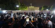 Сотрудники полиции и протестующие у Белого дома в Вашингтоне.