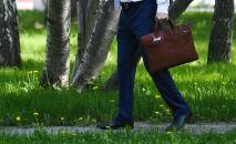 Мужчина с портфелем. Архивное фото