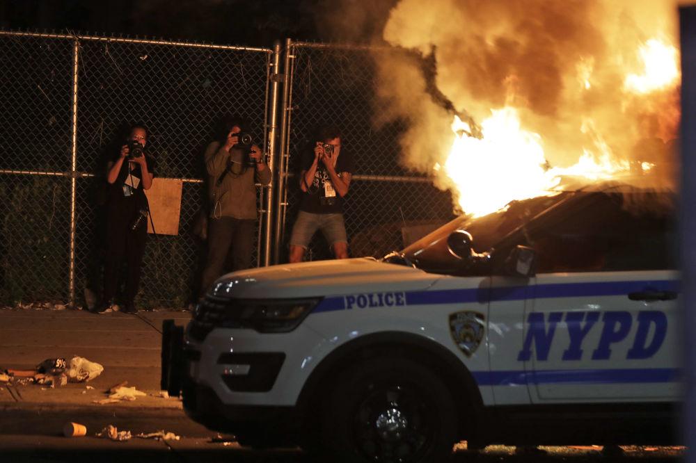 Өмүрүн тобокелге салган дагы бир топ сүрөтчүлөр. Алар Нью-Йоркто өрттөнүп жаткан полициянын автоунаасын кадрга түшүрүштү