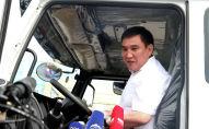 Мэр Оша Таалайбек Сарыбашов проехал по площади за рулем одного из мусоровозов во время церемонии вручения ключей от мусоровозов на центральной площади