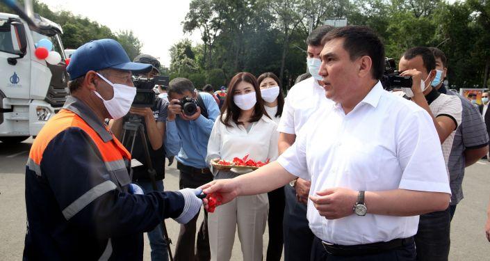 Мэр Оша Таалайбек Сарыбашов во время церемонии вручения ключей от мусоровозов на центральной площади
