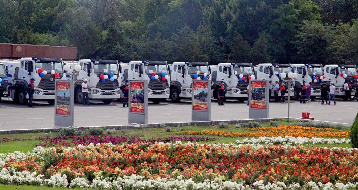 Муниципальное предприятие Ош — Тазалык получило 12 мусоровозов на центральной площади.