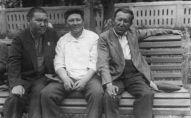 Известные кыргызские писатели Жусуп Турусбеков, Туголбай Сыдыкбеков и Мукай Элебаев отдыхают на бульваре Эркиндик. Фрунзе 1940 год.