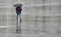 Человек с зонтом во время дождя. Архивное фото