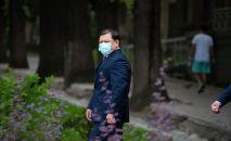 Спикер Жогорку Кенеша Дастан Джумабеков выходит из офиса Sputnik Кыргызстан после эксклюзивного интервью агентству