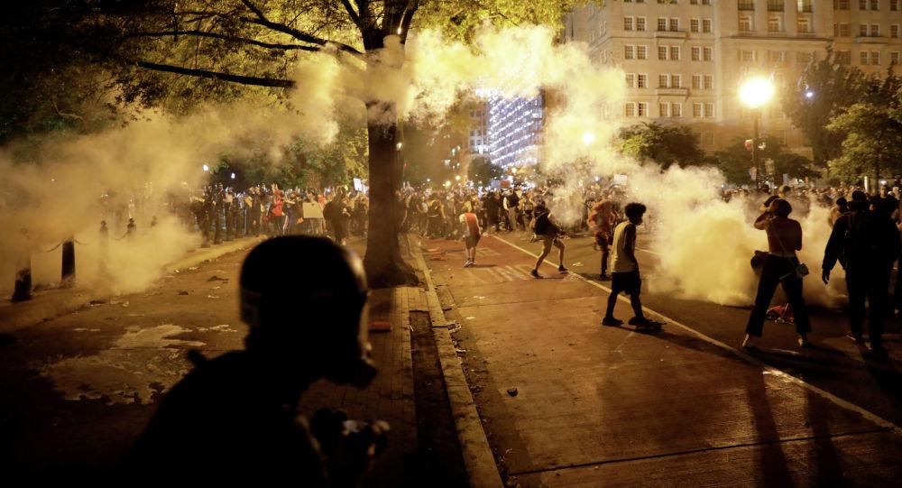 Силы безопасности США стреляют слезоточивым газом по демонстрантам во время акции протеста против гибели в полиции Миннеаполиса Джорджа Флойда в Вашингтоне. Архивное фото