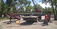 Демонтаж незаконно установленных объектов в Бишкеке сотрудниками управления землепользования и строительства и спецподразделения МП Тазалык