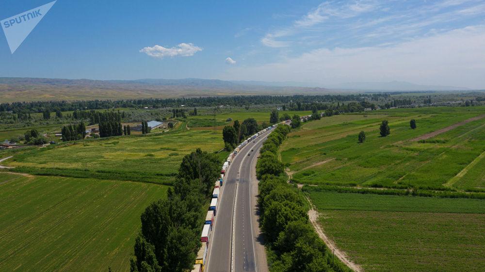 Кыргызстандагы тиешелүү тараптар чек арадагы абалдан кабардар экенин, аны чечүү жолдору каралып жатканын кабарлашты