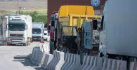 Грузовые машины стоят в очереди на КПП Ак-тилек Автодорожный на кыргызско-казахской границе