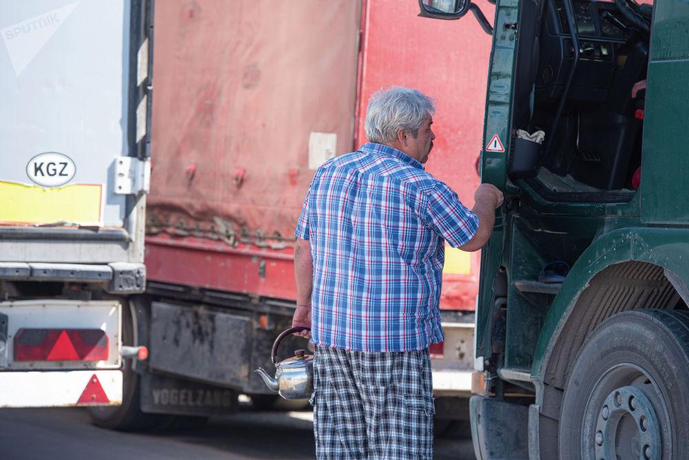 Айдоочулардын көбү Бишкекке Казакстандан келишкен. Эми минтип үйлөрүнө жете албай отурушат