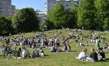 Люди отдыхают в парке Тантолунден в Стокгольме, Швеция
