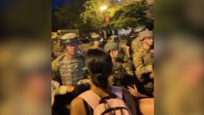 Полиция кызматкерлеринин зомбулугуна кыжырланган эл Вашингтондо Ак үйдү тегерете курчап, кайтарып турган күч түзүмдөрү менен кагылышты.