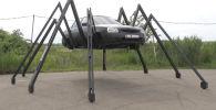 Это не первый эксперимент механика, ранее он превращал свой автомобиль в карету на огромных колесах и даже ездил на ней вверх ногами.