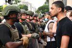 Протестующие и военная полиция на улице Вашингтона. Акции протеста начались в США после убийства полицейскими при задержании  афроамериканца Джорджа Флойда в Миннеаполисе.