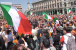 Антиправительственная акция протеста проходит на площади Пьяцца-дель-Пополо в столице Италии. Люди требуют отставки правительства и выхода страны из еврозоны.