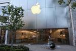 Магазин Apple Inc с разбитым стеклом виден во время акции протеста после гибели Джорджа Флойда в Лос-Анджелесе, штат Калифорния. Архивное фото