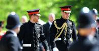 Британский принц Гарри и принц Уильям прибывают на свадебную церемонию в часовню Св. Георгия в Виндзорском замке в Виндзоре, недалеко от Лондона, Англия, 19 мая 2018 года