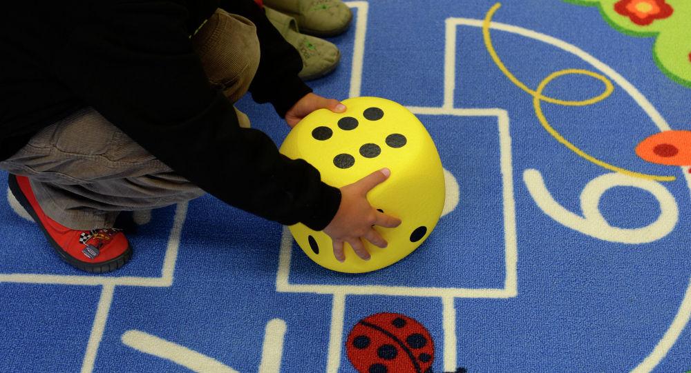 Ребенок играется в детском саду. Архивное фото