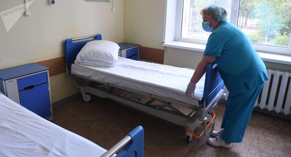 Медсестра в палате больницы. Архивное фото