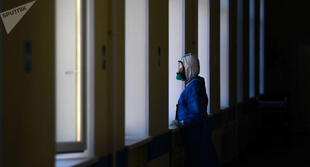 Врач у окна в госпитале для лечения зараженных коронавирусной инфекцией. Архивное фото