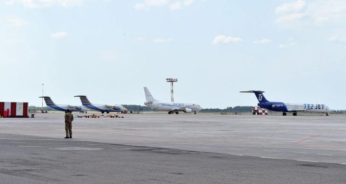Самолеты в Международном аэропорту Манас, где идет подготовка к возобновлению внутренних авиарейсов.