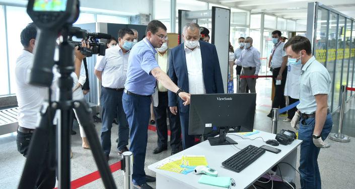 Первый вице-премьер-министр Кубатбек Боронов посетил Международный аэропорт Манас и ознакомился с подготовкой к возобновлению внутренних авиарейсов.