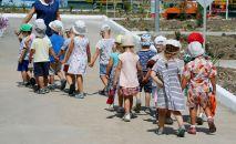 Дети с воспитателем в детском саду. Архивное фото