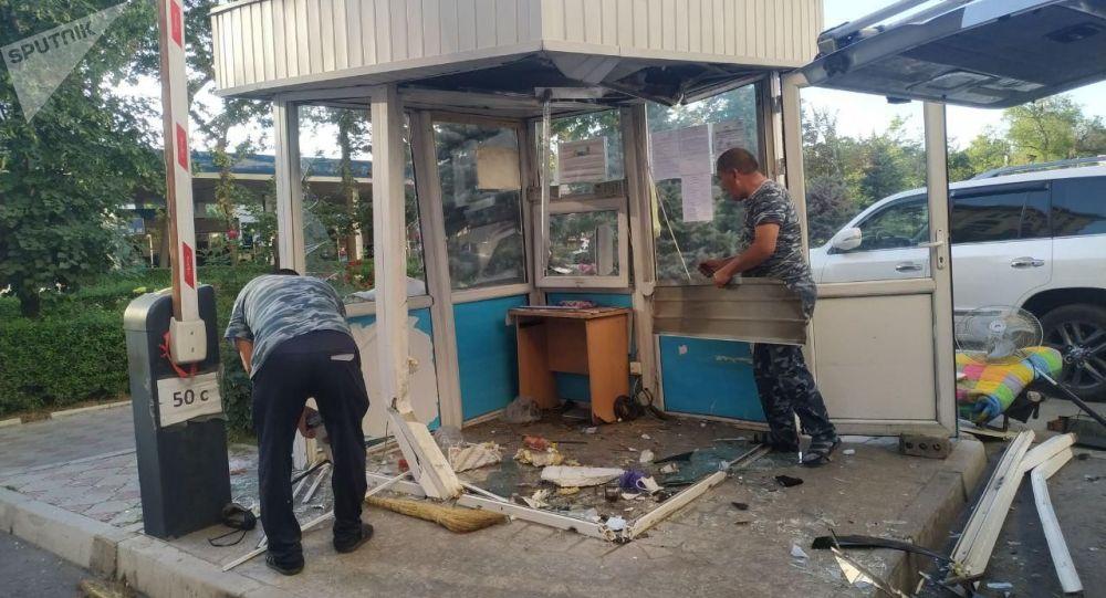 Последствия тарана внедорожника марки Toyota Land Cruiser будку охраны в центре Бишкека