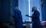 Врачи во время обхода в госпитале для лечения зараженных коронавирусной инфекцией COVID-19. Архивное фото
