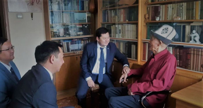 Первый заместитель аппарата президента Алмаз Кененбаев, министр культуры, информации и туризма Азамат Джаманкулов, заместитель Кайрат Иманалиев посетили дом поэта Омора Султанова.