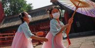 Дети в защитных масках во время игры. Архивное фото