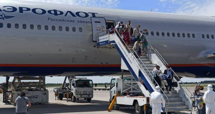 Сегодня, 7 июня, в Кыргызстан прибыл борт авиакомпании «Аэрофлот – Российские авиалинии» по маршруту «Москва – Бишкек», которым из России возвращены 460 граждан Кыргызской Республики, том числе 68 детей до 2 лет.