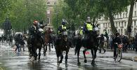 Полицейские на лошадях реагируют на столкновения полиции с демонстрантами во время акции протеста в Лондоне. 06 июня 2020 года