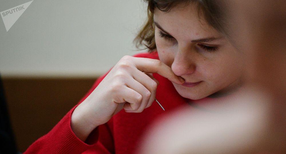 Девушка во время работы за компьютером. Архивное фото