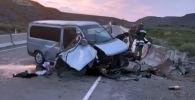 Последствия ДТП в Иссык-Кульской области, где минивэн Honda Stepwgn врезался в бетонное ограждение трассы