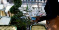 Официантка во время работы. Архивное фото