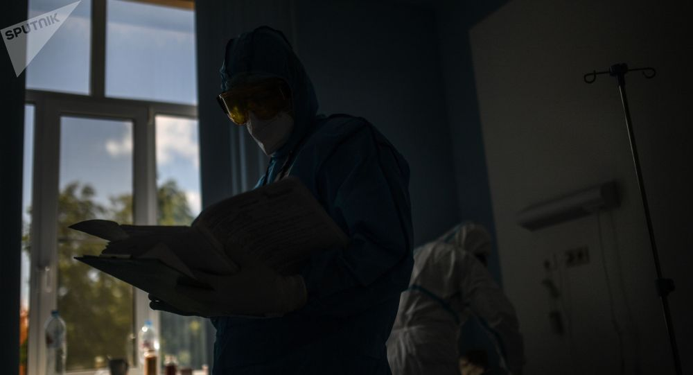 Врачи во время обхода в госпитале для лечения зараженных COVID-19. Архивное фото