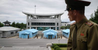 Түндүк Кореянын жоокери Түштүк Корея чек арасын жанында турат. Архив