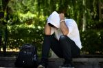 Мужчина сидит закрыв лицо. Иллюстративное фото
