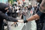 АКШда эки аптадан бери расизм жана полициянын жосузсуз жоруктарына каршы нааразылыктар токтобой келет. Эл 46 жаштагы афроамерикалык Жорж Флой Миннеаполис шаарында полициянын колунан өлгөндөн кийин көчөгө чыкты.