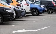 Машины на парковке. Архивное фото