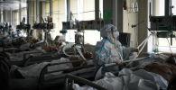 Врач обходит пациентов в реанимации больницы. Архивное фото