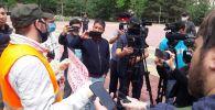 В Бишкеке на митинг в поддержку убитого афроамериканца Джорджа Флойда и прав темнокожих пришли несколько человек. 10 июня 2020 года