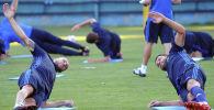 Футболисты во время тренировок. Архивное фото