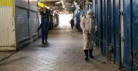 Сотрудники МЧС во время дезинфекции контейнеров на Орто-Сайском рынке Бишкека