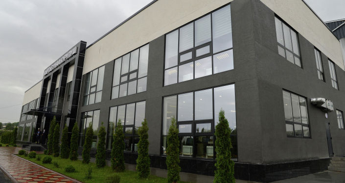 Вид на здание автостроительного завода Кыргыз Унаа Курулуш в Оше